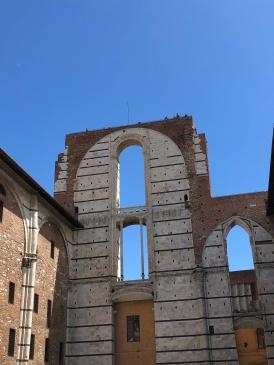 Parte inacabada da ampliação da igreja